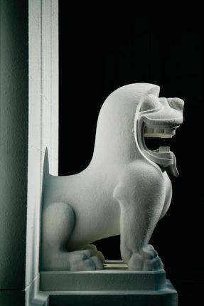Statue chinoise d'un lion en pierre blanche